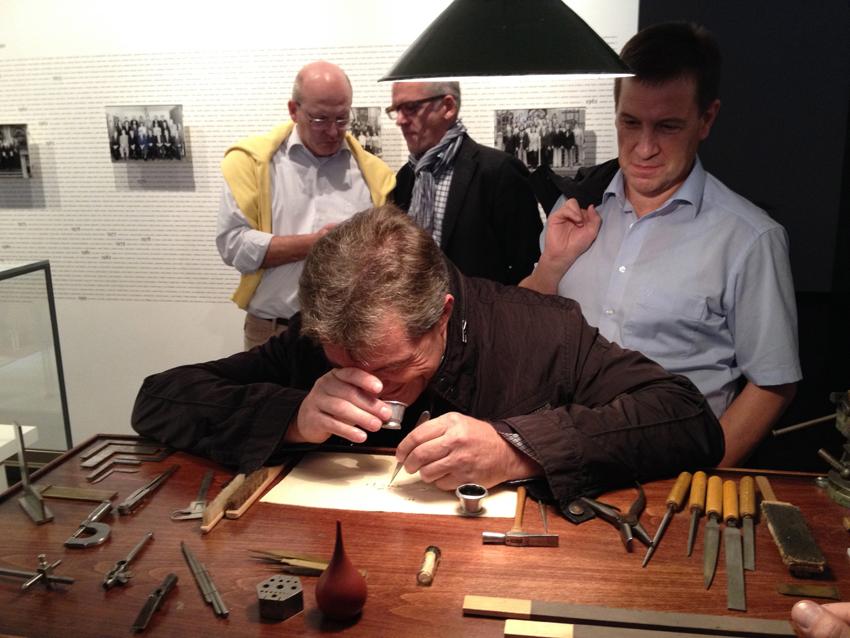 Netzwerk-Mitglied Walter Schweikart testet im Uhrenmuseum in Glashütte seine Feinmotorik - mit Erfolg!