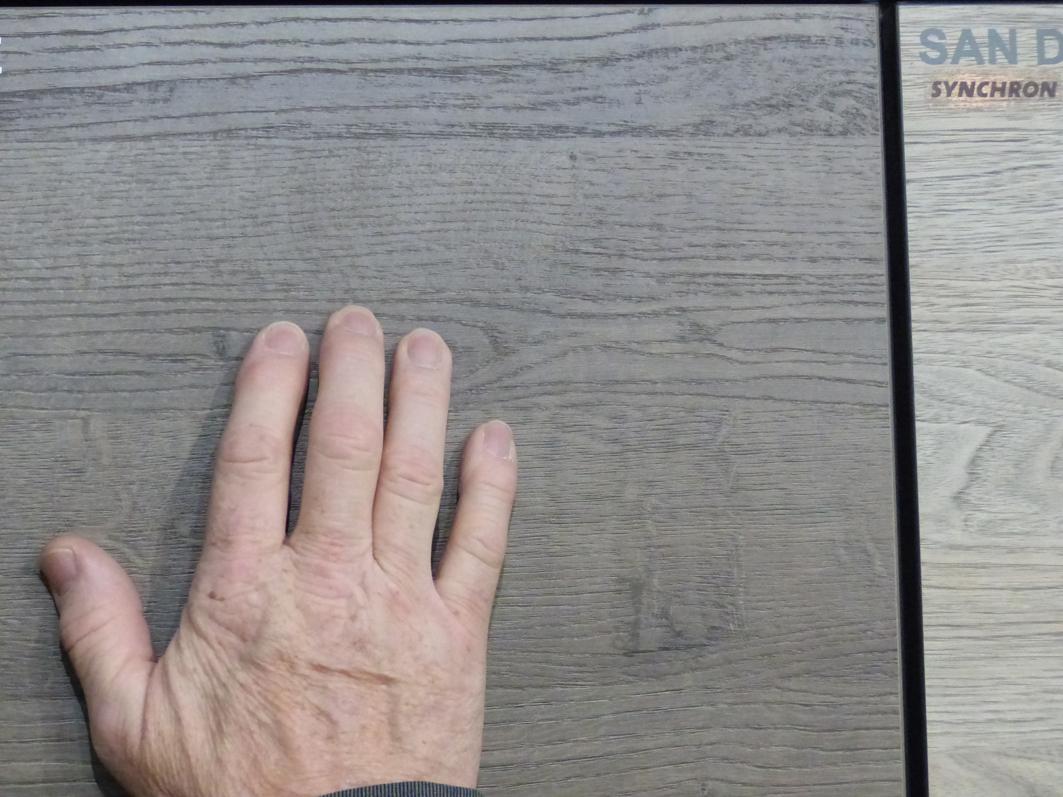 Auch für Holzexperten kaum noch zu unterscheiden: Die Dekore aus der Schatt-Manufaktur.