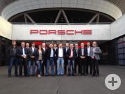 Das Netzwerk vor dem Porsche Kundenzentrum in Leipzig nach Referat, Rundgang durch die Produktion und einmaligem Fahrerlebnis.