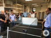 Uwe Rimmler (Dritter von rechts), Leiter Produktion und Logistik bei Umdasch Shopfitting, beim Rundgang durch die Produktion.