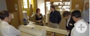 Petra Walther informiert über aktuelle Projekte der gefi Möbelfabrikation.
