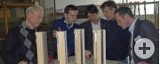 Walter Schweikart (Zweiter von rechts) im intensiven Fachgespräch mit (von links): Dr. Edmund Weiss (Festool), Sascha Schöpf (Walter Knoll), Detlev Schmidt (Sulzdorfer Möbelwerke) und Peter Weimann (Lignum Consulting).